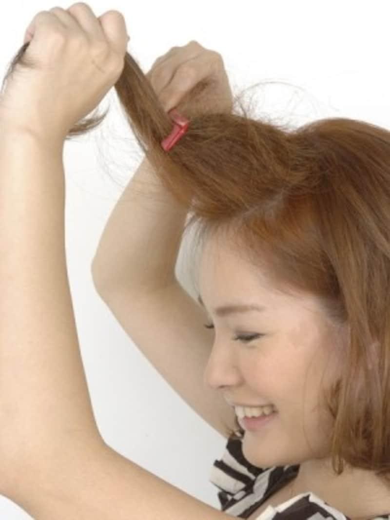 ふんわりとしたポンパドールになるよう逆毛を立てる