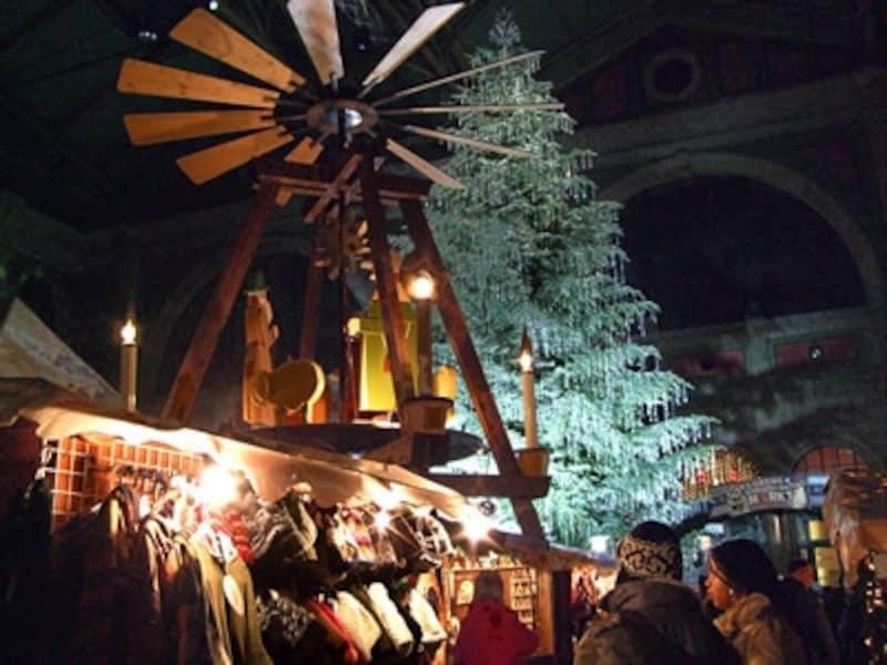 チューリヒのクリスマスマーケットはどんな天気にも対応できる屋内型。高さ15mものスワロフスキーのツリーが出迎えてくれる