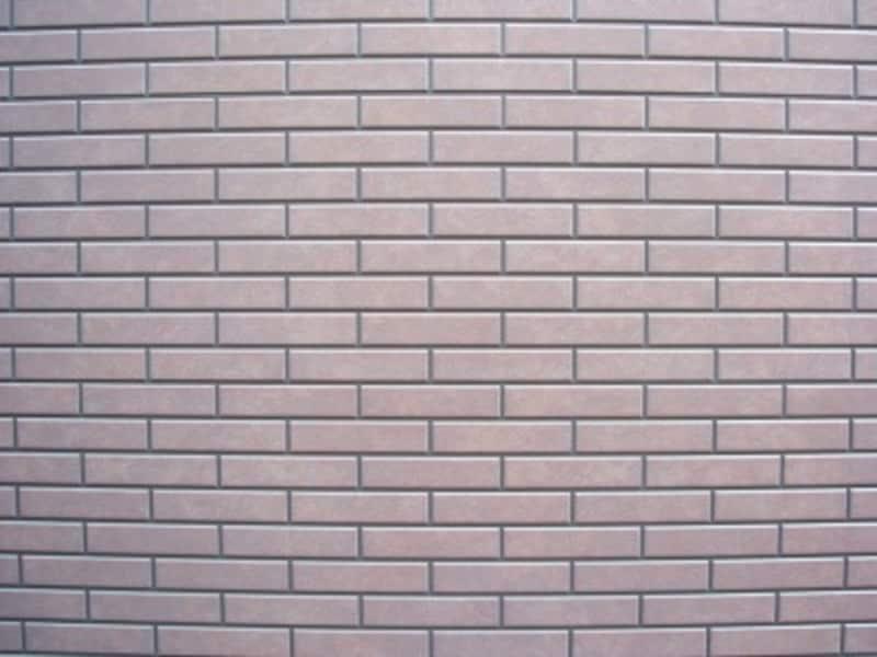 タイル壁をズームレンズの広角端で撮影