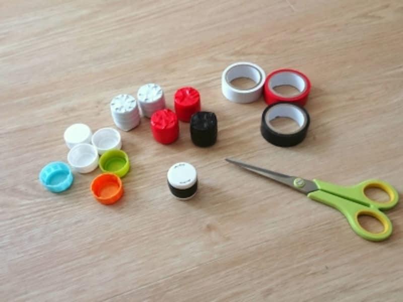 手作り水遊びおもちゃ「金魚すくい」に必要な、ペットボトルのふた、ビニールテープ、はさみ