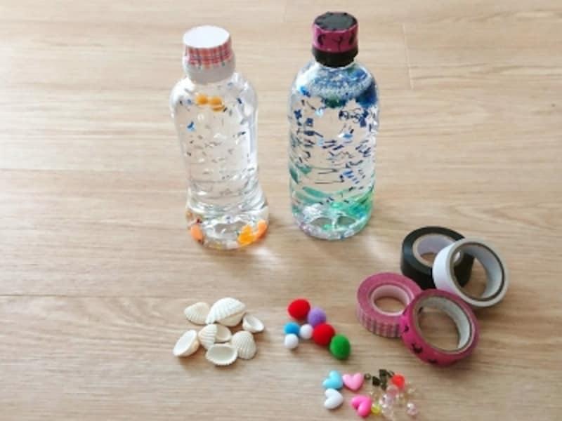 ペットボトルの中でビーズや小さなビニールがくるくる回ってきれいな手作り水遊びおもちゃ