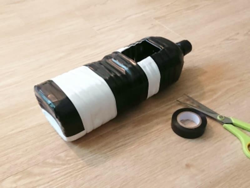 ペットボトルに、白黒のビニールテープを巻きつけて手作り水遊びおもちゃイロワケイルカに