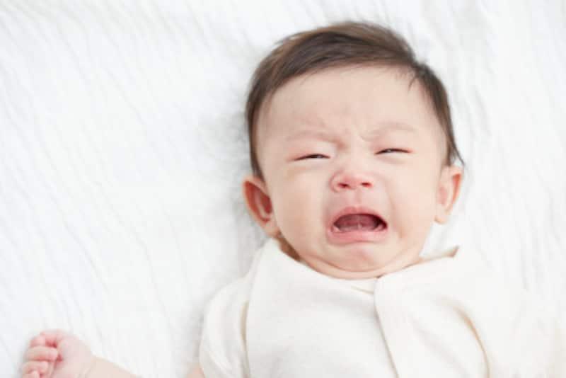 赤ちゃんが夜泣きをして寝付いてくれない……原因は?