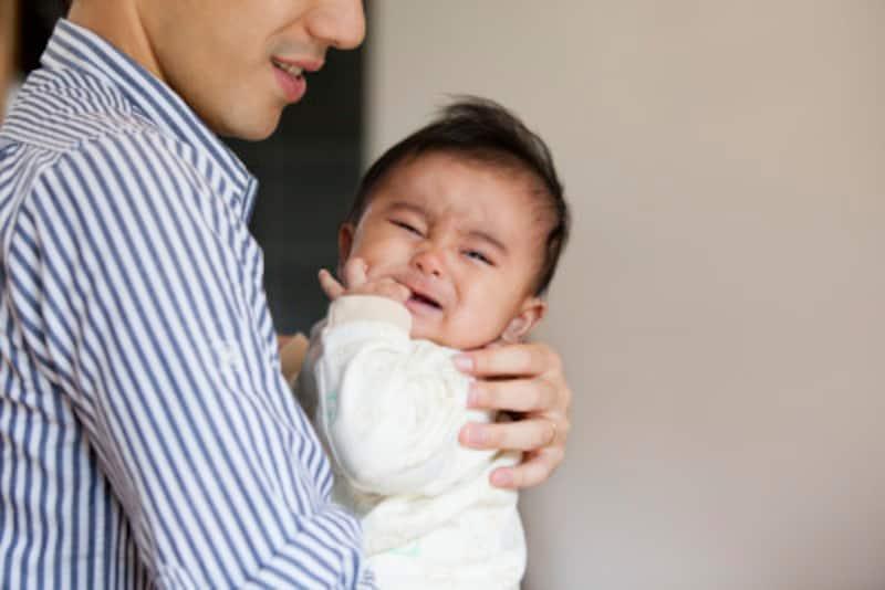 泣き止まない赤ちゃんには、抱っこが必要