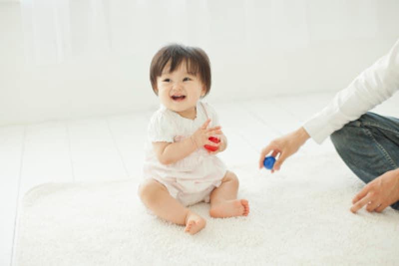 赤ちゃんの夜泣きにお困りなら、まずは昼間に目いっぱい遊ばせてみましょう