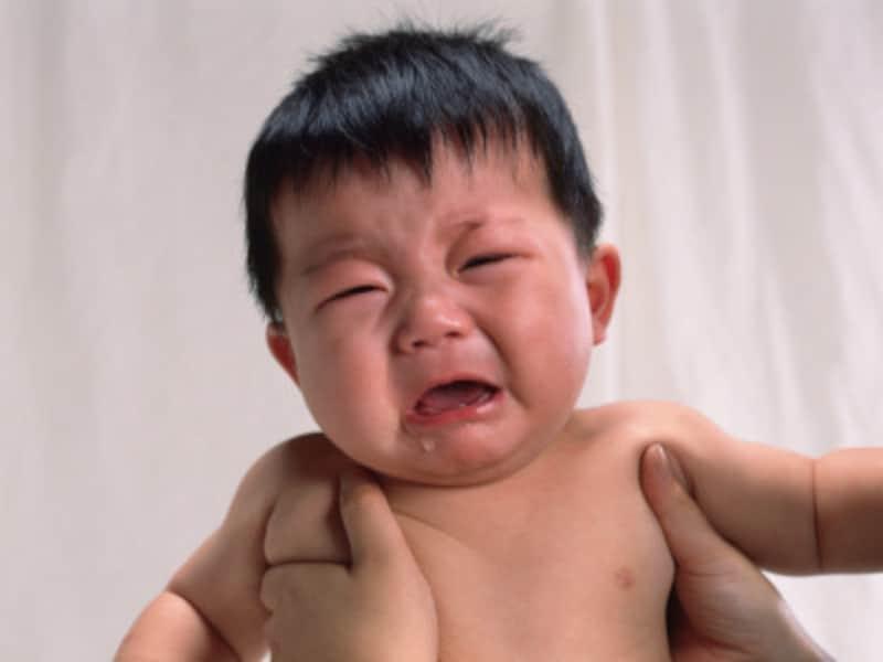 泣き止まないからといって赤ちゃんを強く揺さぶってしまうと、脳にダメージとなりとても危険