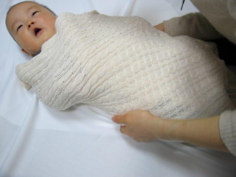 おくるみですっぽりと包んであげると、赤ちゃんが泣き止むかも