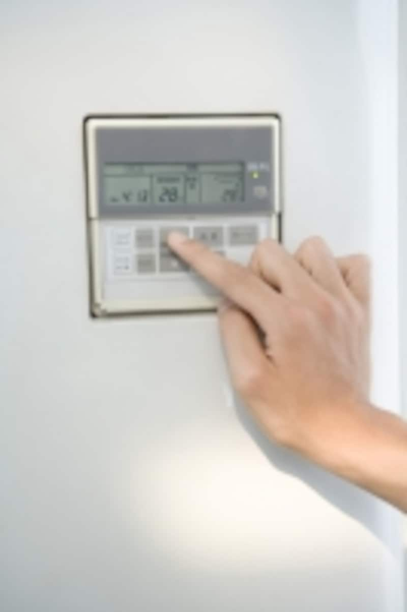 クーラーの設定温度は28℃、除湿モードで。省エネにもなり、赤ちゃんや子供の負担にもなりにくい