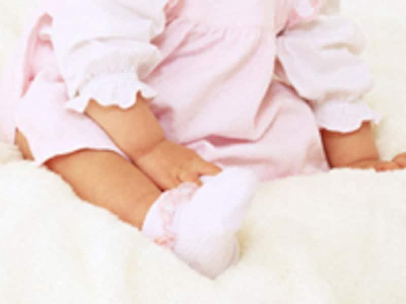 靴下をはく赤ちゃん