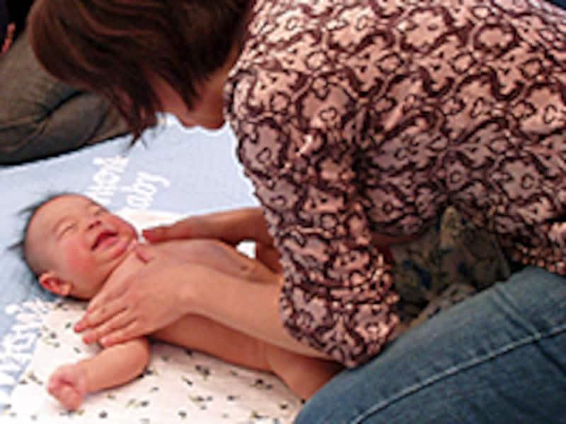 手をかけてあげることが赤ちゃんの心身の発達に役立ちます。