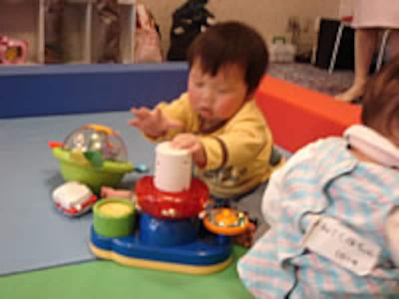 おもちゃで遊ぶ赤ちゃん
