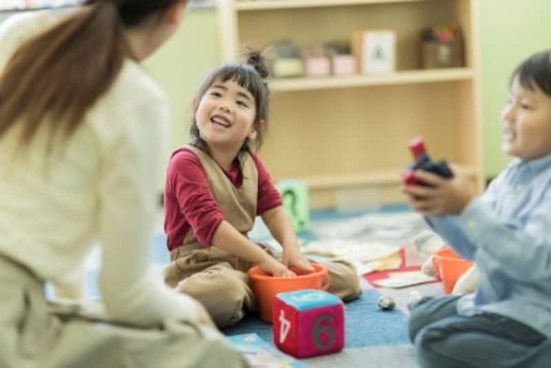 「お片付け、ママとどちらが早いか競争しましょう!」片付けも遊びの一環のようにすると子どもは喜んで片付けに取り組むでしょう