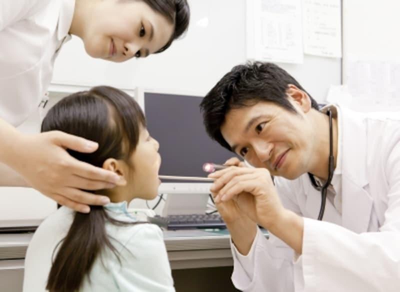 診察を受ける女の子