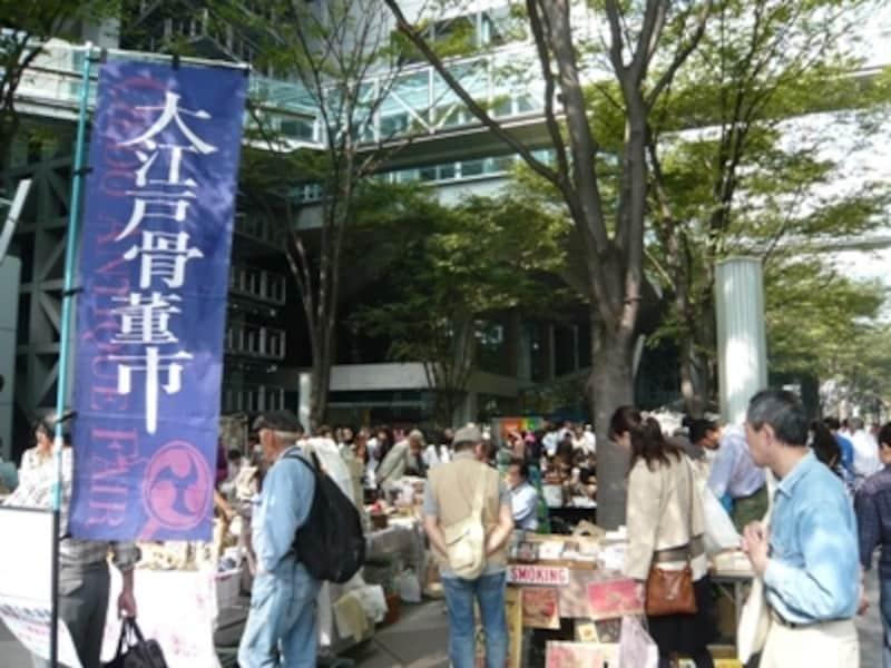 天気が良い日には特に賑わう大江戸骨董市。有楽町駅、銀座駅からのアクセスも便利な会場です