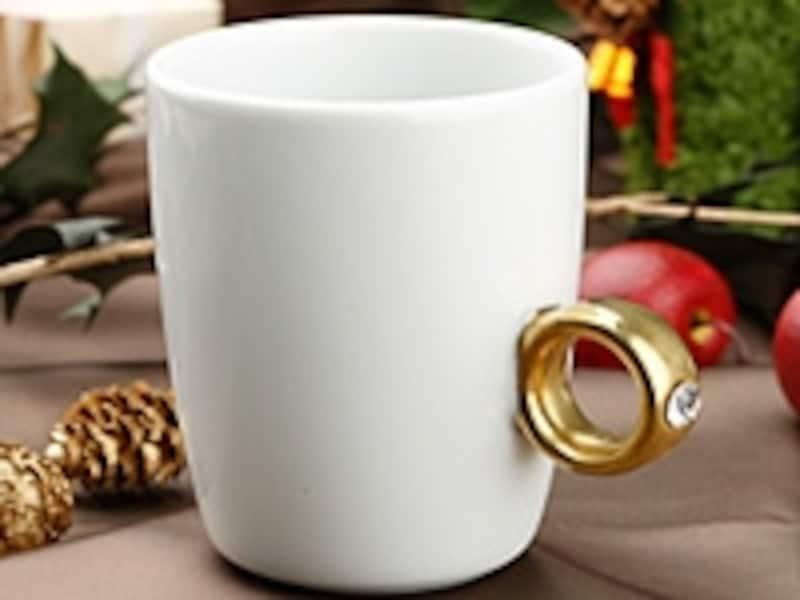 """箱を空けた瞬間、「え?指輪」と思わせるサプライズな演出ができる<ahref=""""http://stylestore.jp/mojo/ProductInfo/sku/EG134-90-0000-A336/?template=default/product/detail_gift.html"""">マグカップ(AllAboutスタイルストア)</a>"""