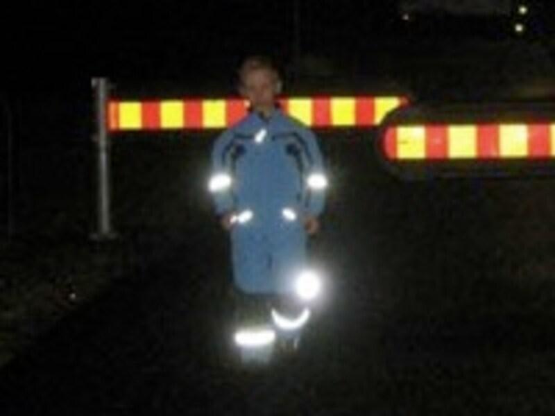 夜道で光るリフレクター