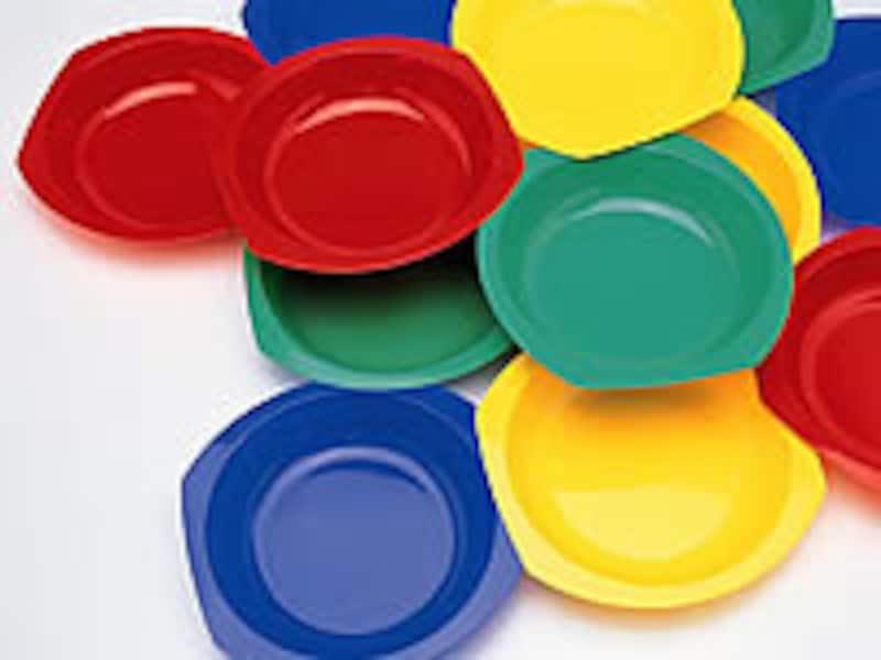 カラフルなプラスチックの食器