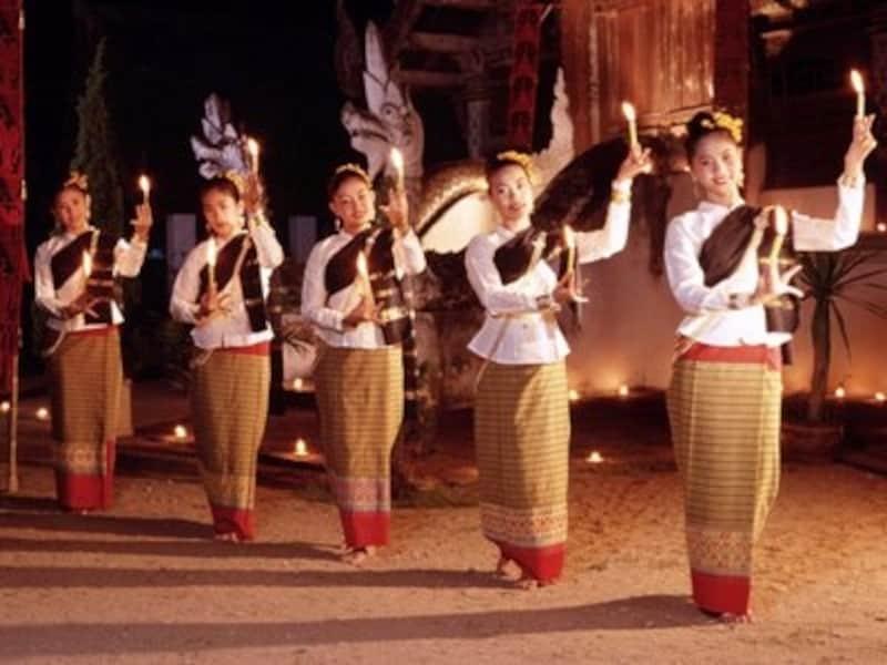 水上マーケット、タイ舞踊、ムエタイなどタイの伝統や文化に触れてみてはいかがだろうか(c)タイ政府観光庁