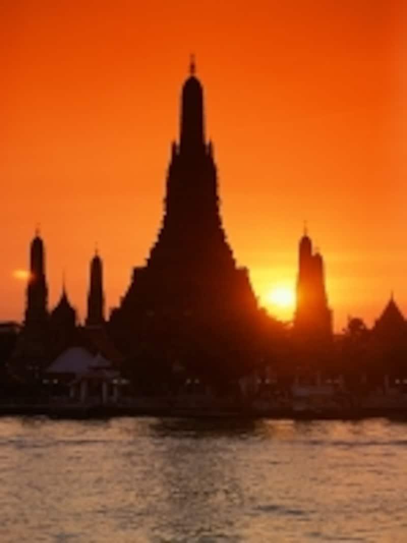 夕日が沈む直前にチャオプラヤー川沿いに浮かび上がるワット・アルン(c)タイ国政府観光庁