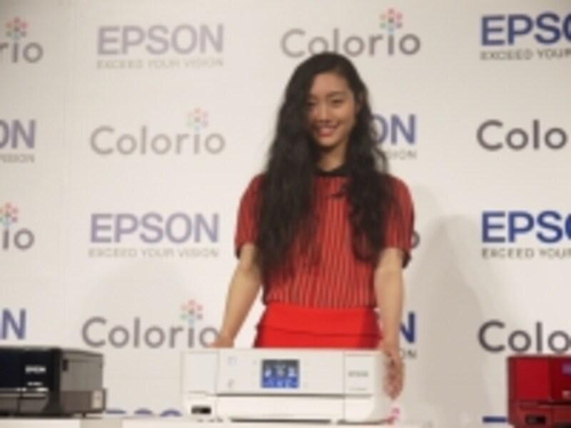 エプソンの「Colorio」シリーズは、スクエアなデザインが特徴的だ。写真はColorioシリーズのイメージキャラクターを務める女優の忽那汐里さん