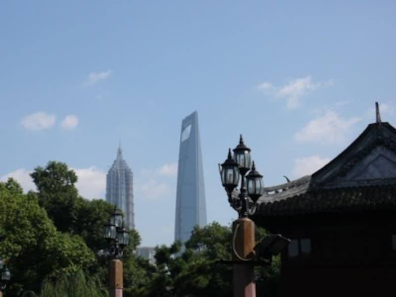 青空の日には豫園から浦東にある環球金融中心と金茂ビルがはっきりと