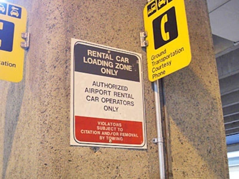 ダラー、アラモのシャトルバス乗り場。「RENTALCARPICKUP」が目印。利用会社のシャトルが見えたら手をあげて乗車の合図を