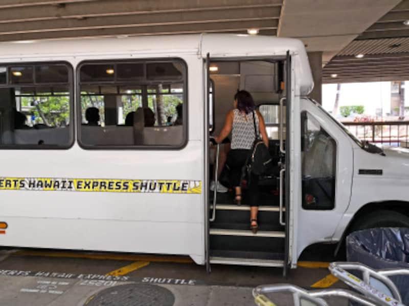 常に待機している空港公式のシャトルバンのほか、オプショナルツアーのように個人で申し込む空港送迎バンもある