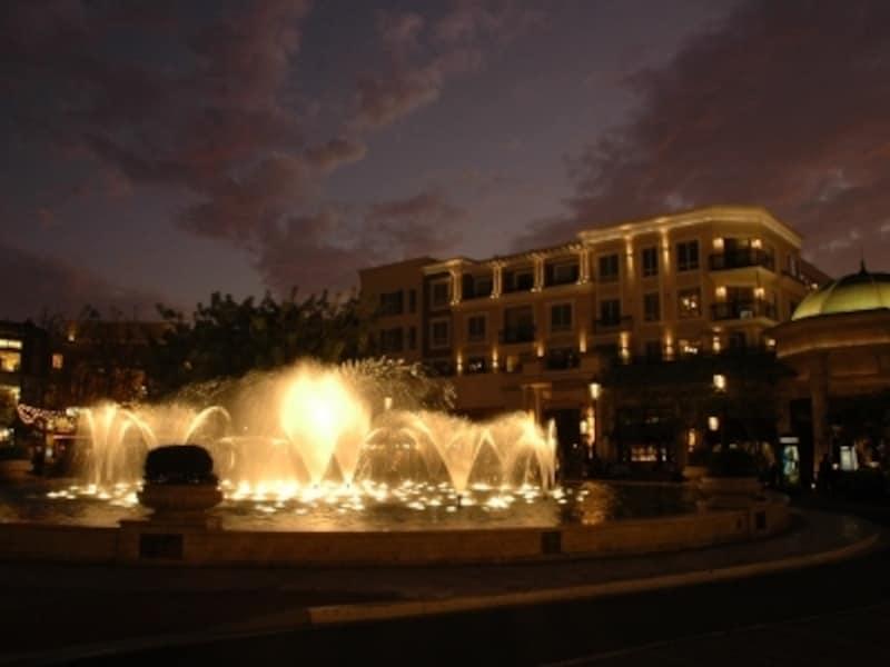 モールの中央では、噴水ショーが行われている