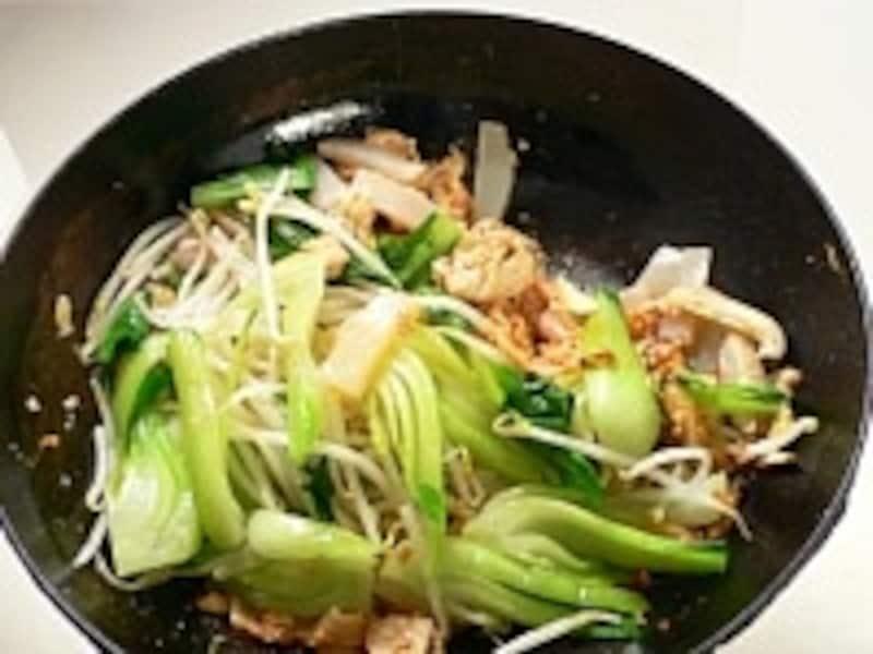 炒める、揚げる、煮る、蒸すとあらゆる中国料理に使える中華鍋が便利
