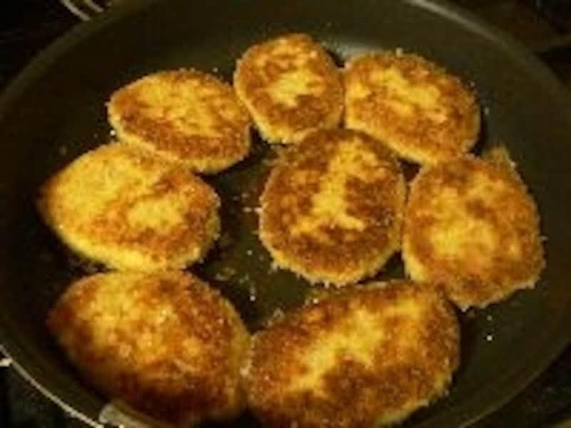 「鶏肉のメンチカツ」を炒め揚げしてヘルシーに仕上げる!