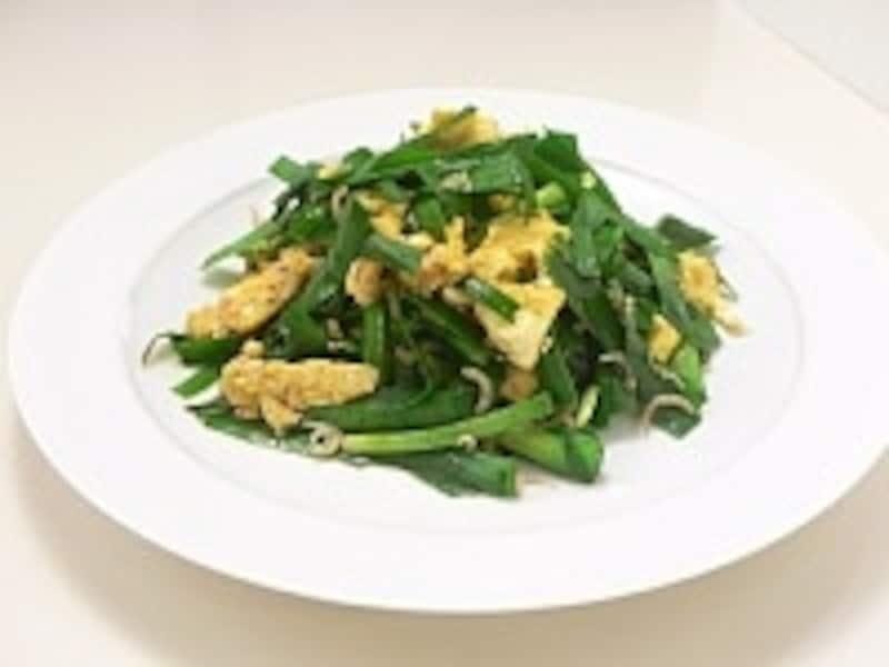 ニラを強火でさっと炒めて色鮮やかに仕上げた「ニラと卵の炒め物」