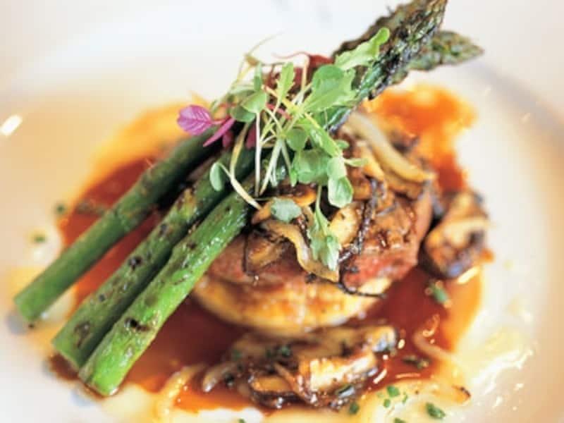 ハワイの食材に西洋の料理テクニック、アジアの調味料などシェフが生まれ育った食文化を反映させた独創的な料理ジャンル(写真協力:ハワイ州観光局)