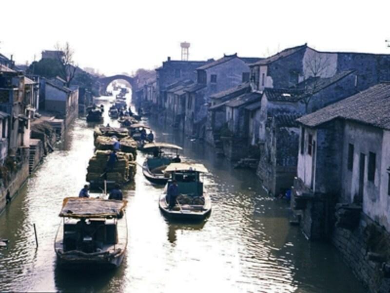 蘇州水郷古鎮。郊外では田園、街では家並みの間を、水路が複雑に入り込んでいる。やがて水路はタンカーさえ通る巨大な運河へと流れ込む