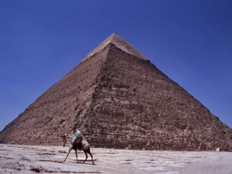 カフラー王のピラミッド。三大ピラミッドは、もともとこの最上部に見られるような石灰岩によって覆われていて、太陽や月の光を浴びて輝いていたという 牧哲雄