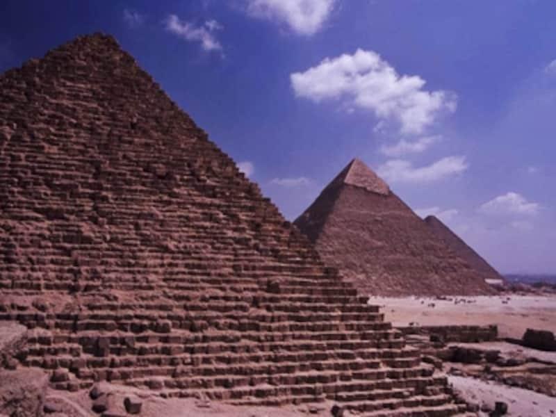 ギザの三大ピラミッド。ギザでは夜、音と光のショーをやっているのでぜひ見よう。週一度日本語による解説もある 牧哲雄