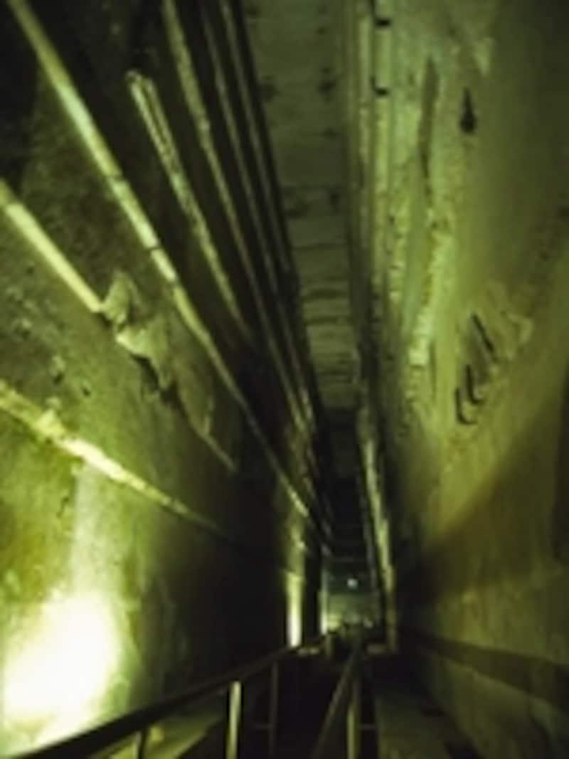 クフ王のピラミッド内部の大回廊。吸い込まれるような気分になる不思議な空間 牧哲雄