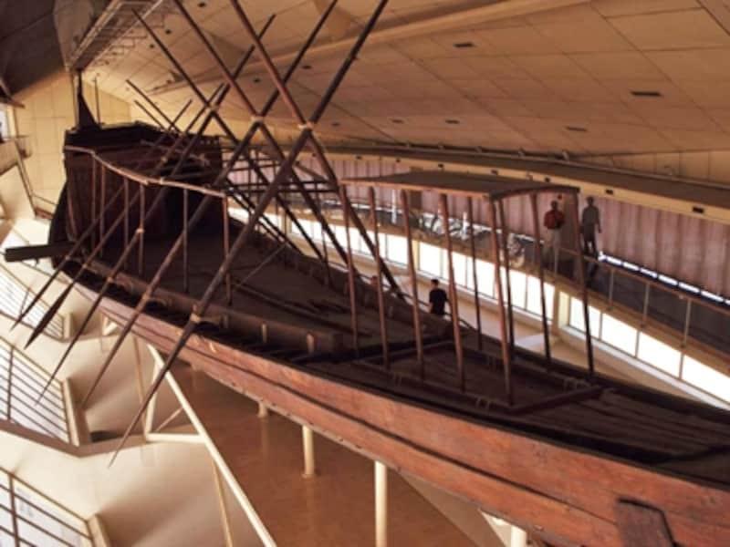 クフ王のピラミッドの横には太陽の船博物館がある。これは王が死後冥界を旅するための船メセテクト 牧哲雄