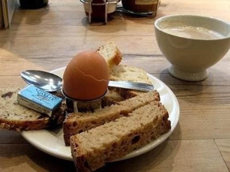 ゆで卵とパンにカフェオレでシンプルブレックファスト。