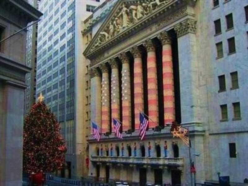 クリスマスにはイルミネーションが施される証券取引場。