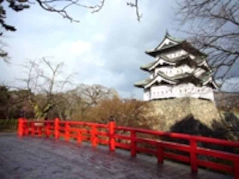 早朝訪れた弘前高専にはうっすらと雪が。紅葉も少し残っていました