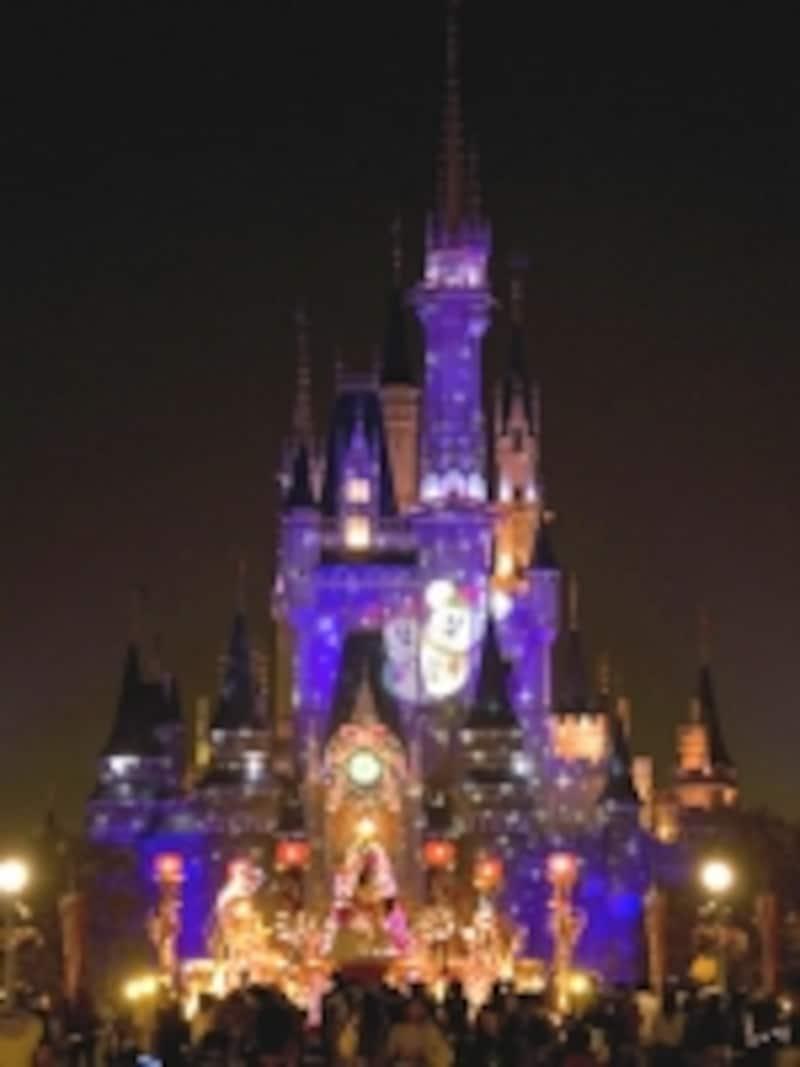 夜のシンデレラ城もクリスマスバージョンにライトアップ