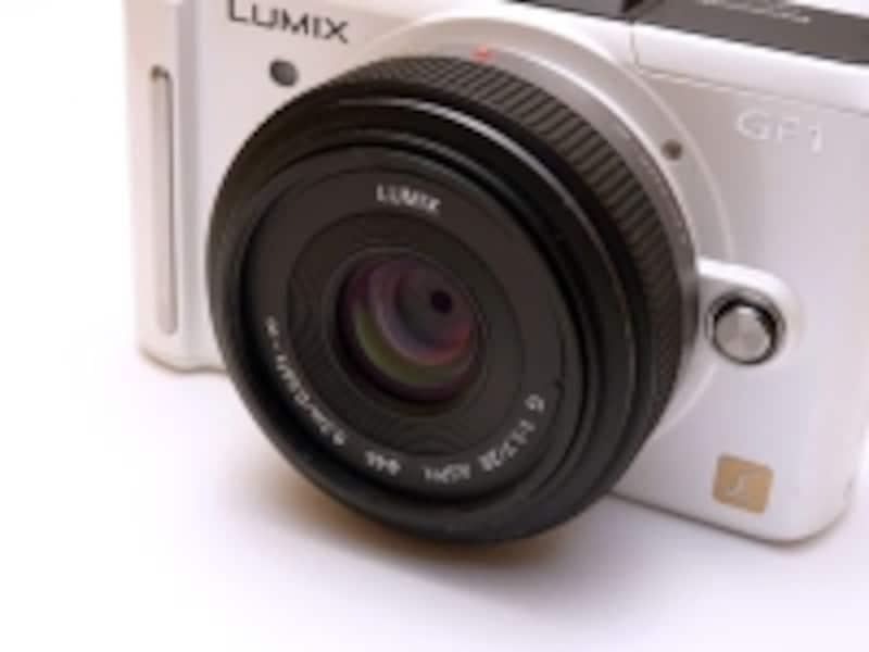 DMC-GF1の標準レンズとなる20mm/F1.7には光学式手ぶれ補正が搭載されていない。