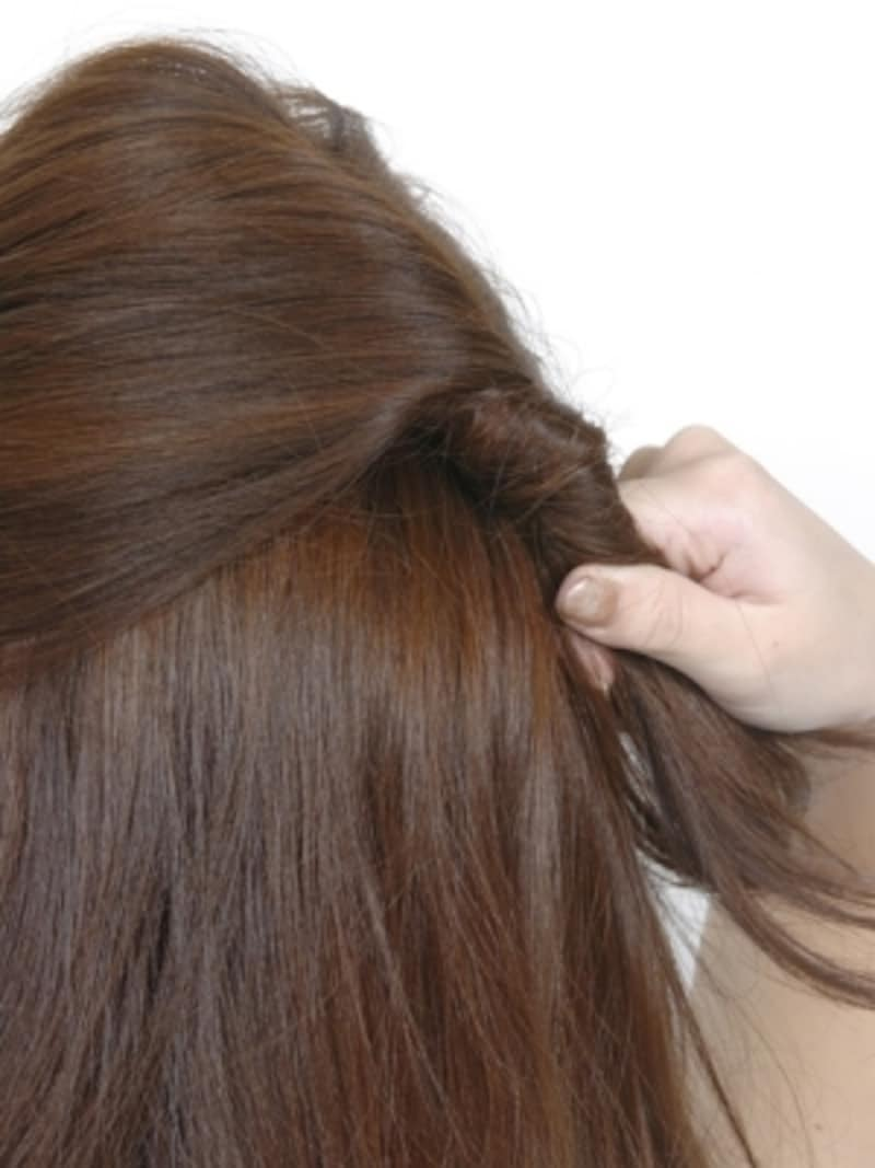後頭部で毛束をまとめて1~2回ねじる