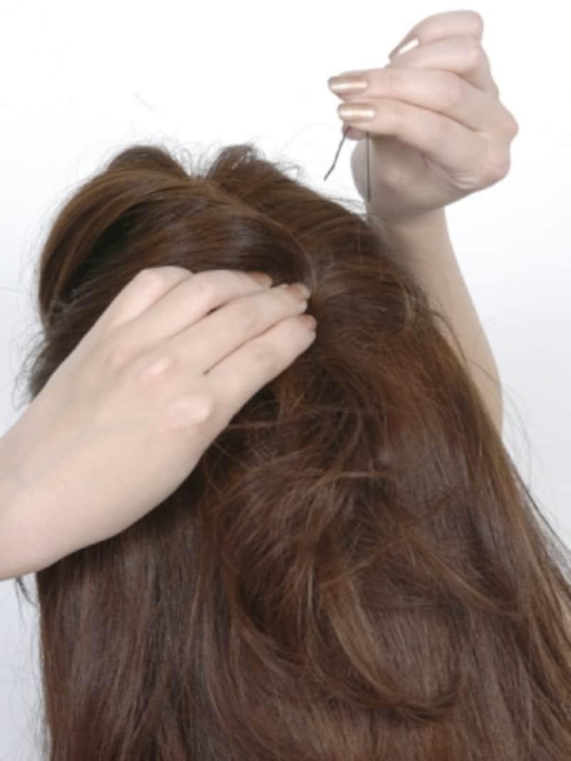 アメピンで毛束をしっかり固定する