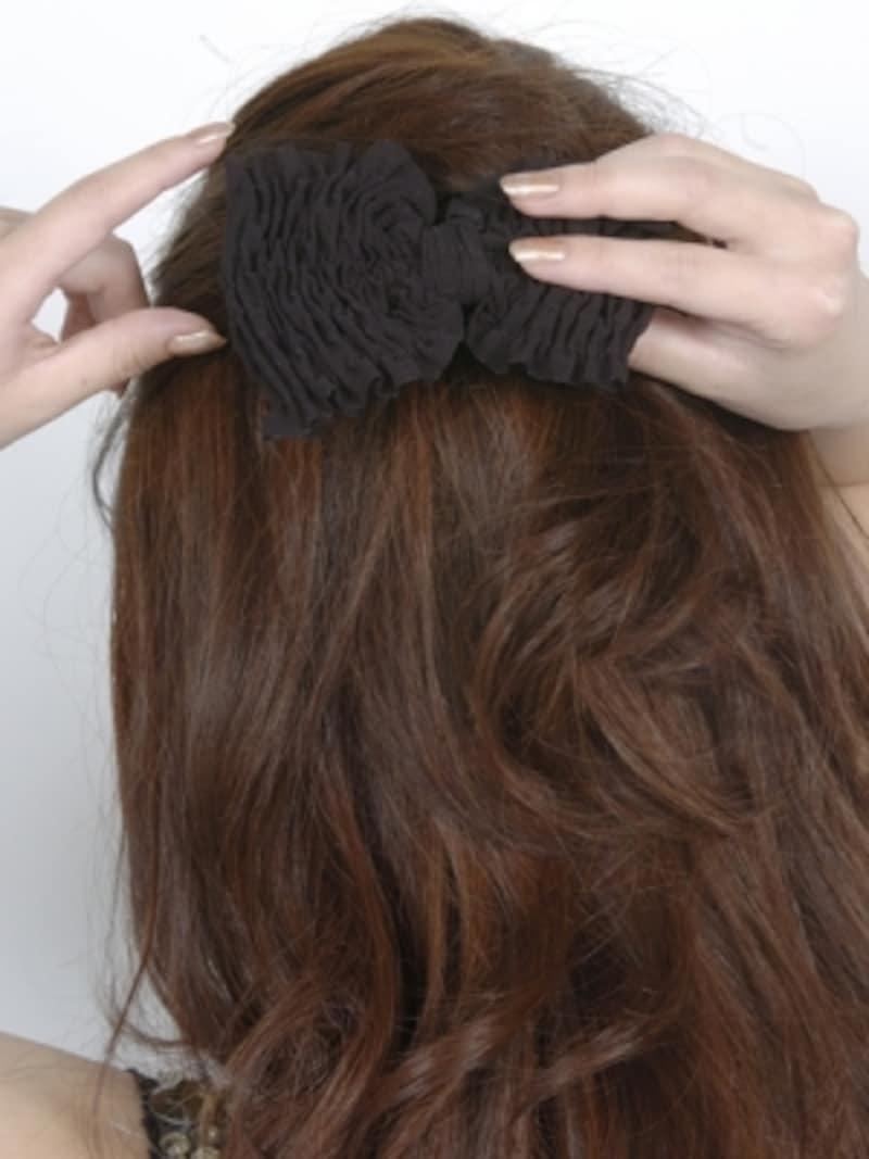 毛束をとめた部分にヘアアクセサリーをつける
