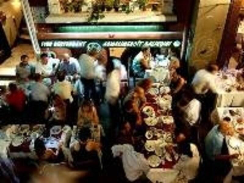 道にまでテーブルがあふれる盛況ぶり、アスマルメスジット通りのレストラン