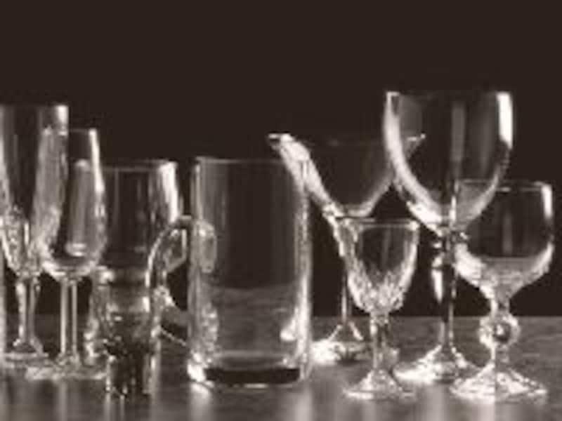 グラスは、シェイプや中身により持ち方を変えましょう