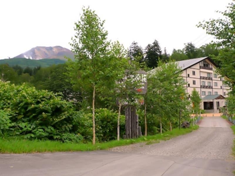 旭岳を背景とした旭岳温泉「湯元湧駒荘」