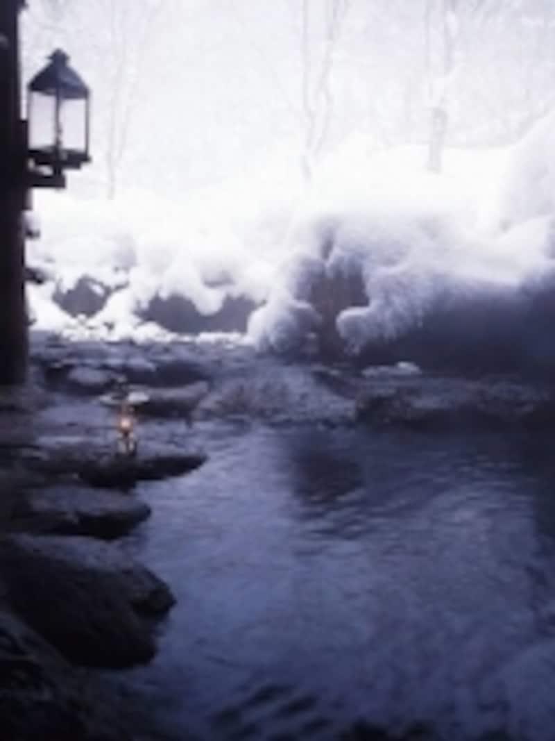 雪の風情は雪国ならでは。静まりかえる山奥で、雪とランプを眺めながら入る温泉は情緒たっぷりです