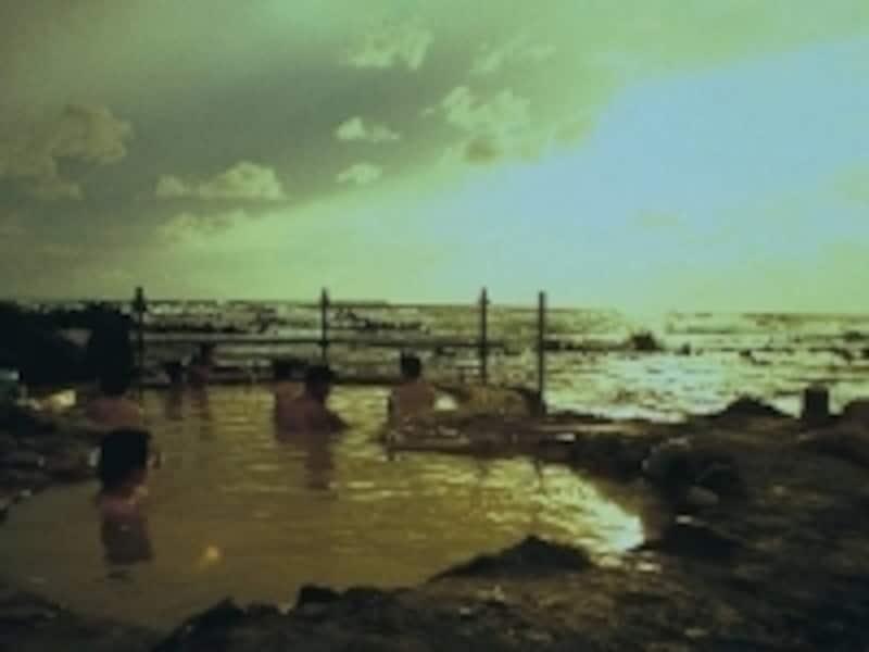 夕刻は海がオレンジ色に染まる絶景を眺めながらお湯に浸かれます